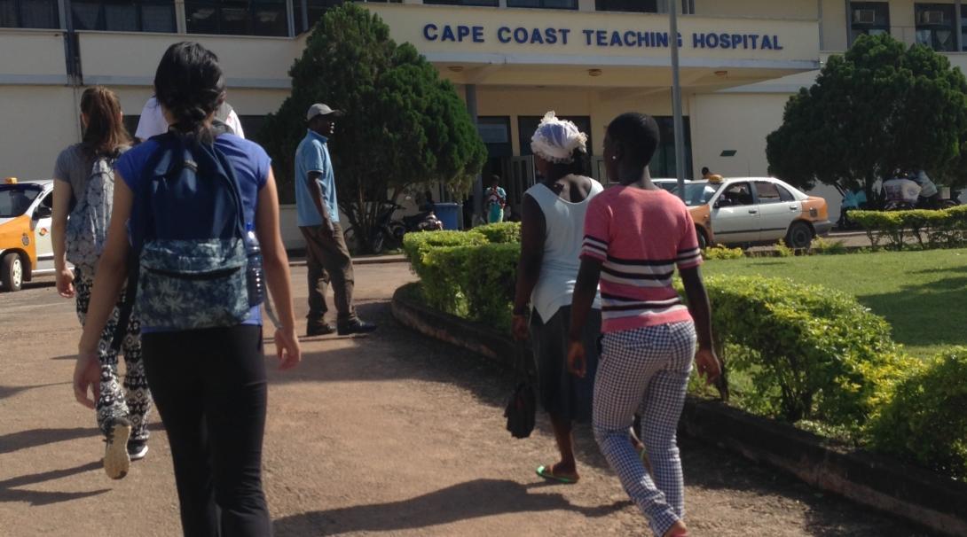 Estudiante de enfermería llegando al hospital donde realizará sus prácticas en Ghana.